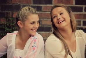 Duas adolescentes sorrindo
