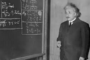 Foto do físico Albert Einstein durante uma aula