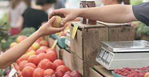 Foto mostrando a compra de frutas