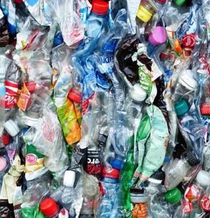 Garrafas pet amassadas e preparadas para reciclagem