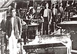 Foto de trabalhadores em greve numa indústria de São Paulo em 1917