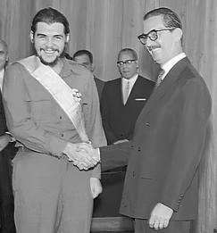 Jânio Quadros condecorando Che Guevara